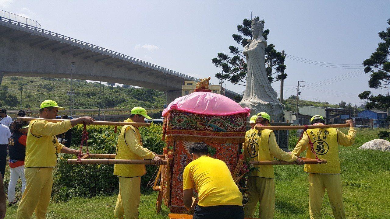 西濱快速公路通霄白沙屯交流道旁的媽祖婆石雕神像將移位轉向,動土典禮上午舉行,白沙...