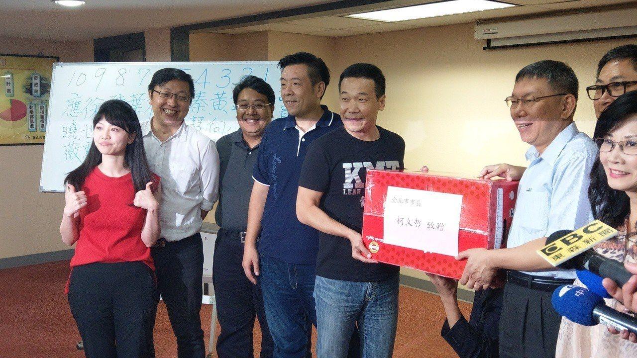 市長柯文哲下午赴議會慰勞審預算的各黨派議員,贈送蘋果。記者楊正海/攝影