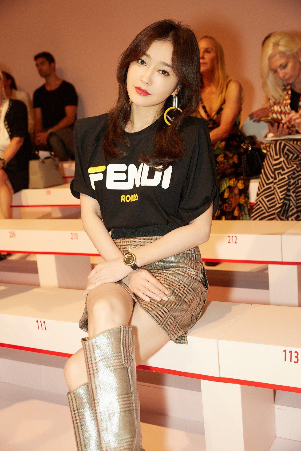 秦嵐出席Fendi2019春夏大秀身穿Fendi Mania T恤與短裙,亮麗時...