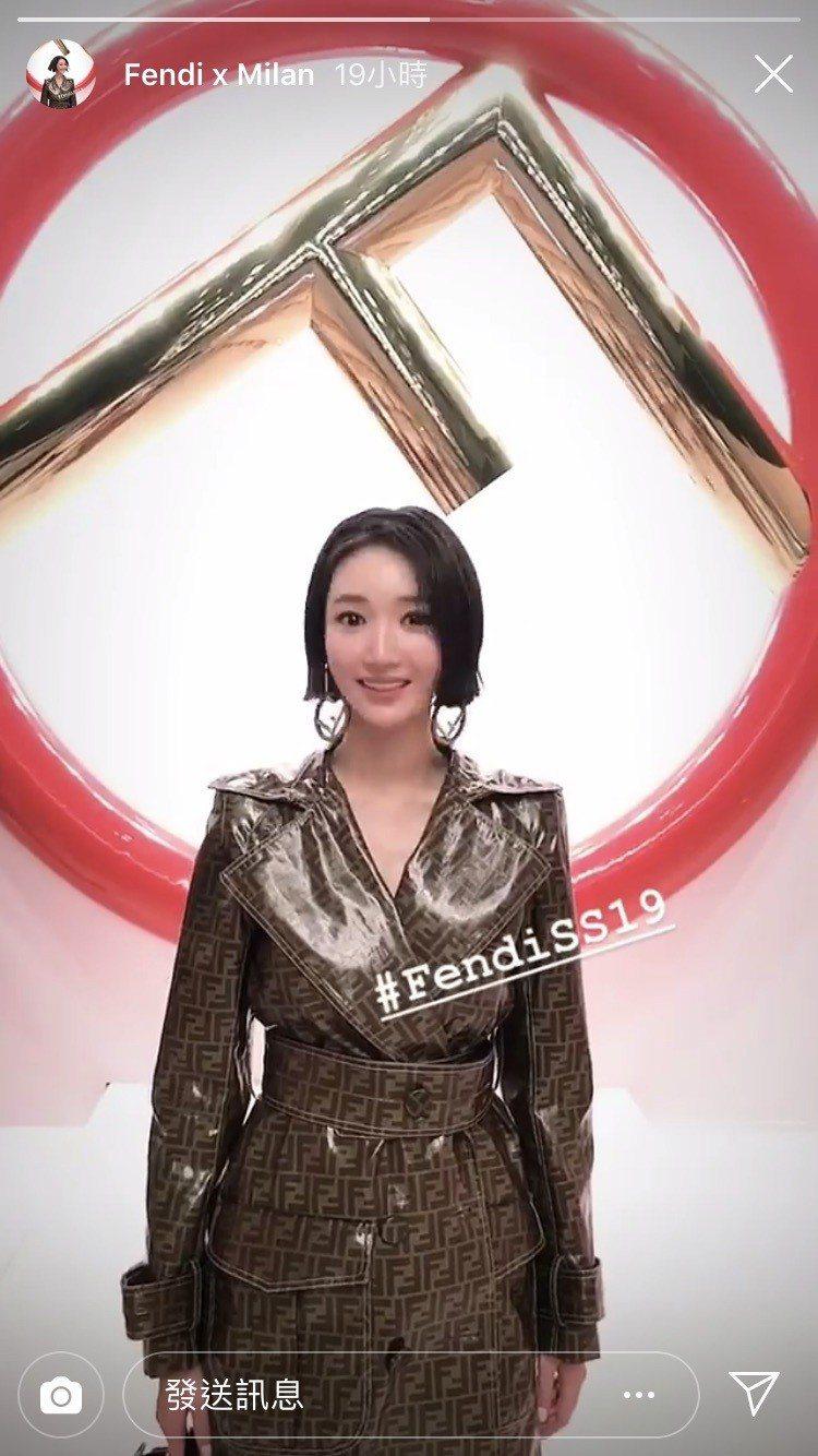 韓劇「她很漂亮」的韓星高俊熙受邀出席FENDI 2019春夏秀,玩自拍十分可愛。...