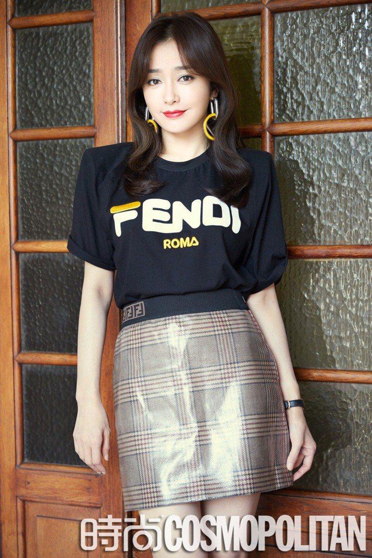 秦嵐出席Fendi 2019春夏大秀身穿Fendi Mania T恤與短裙,亮麗...