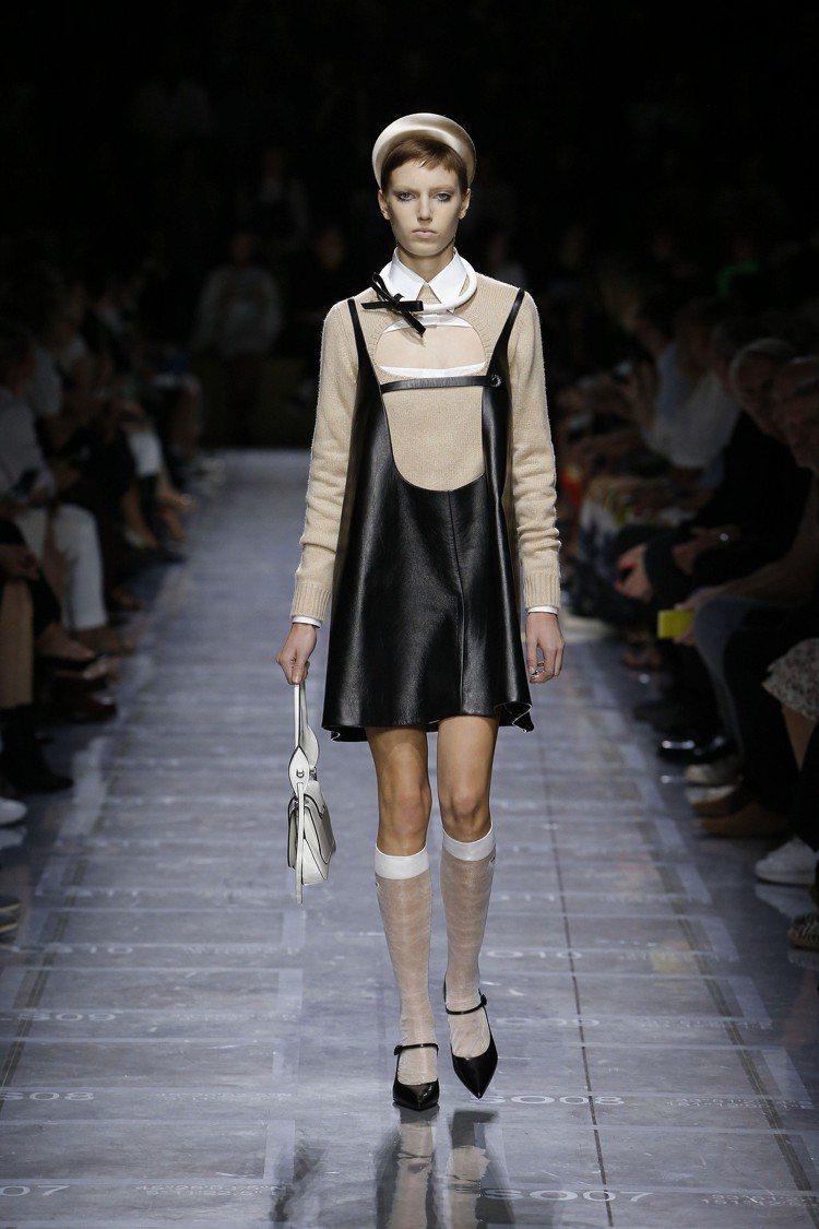 PRADA的皮革babydoll 娃娃短洋裝,輪廓相當年輕。圖/PRADA提供