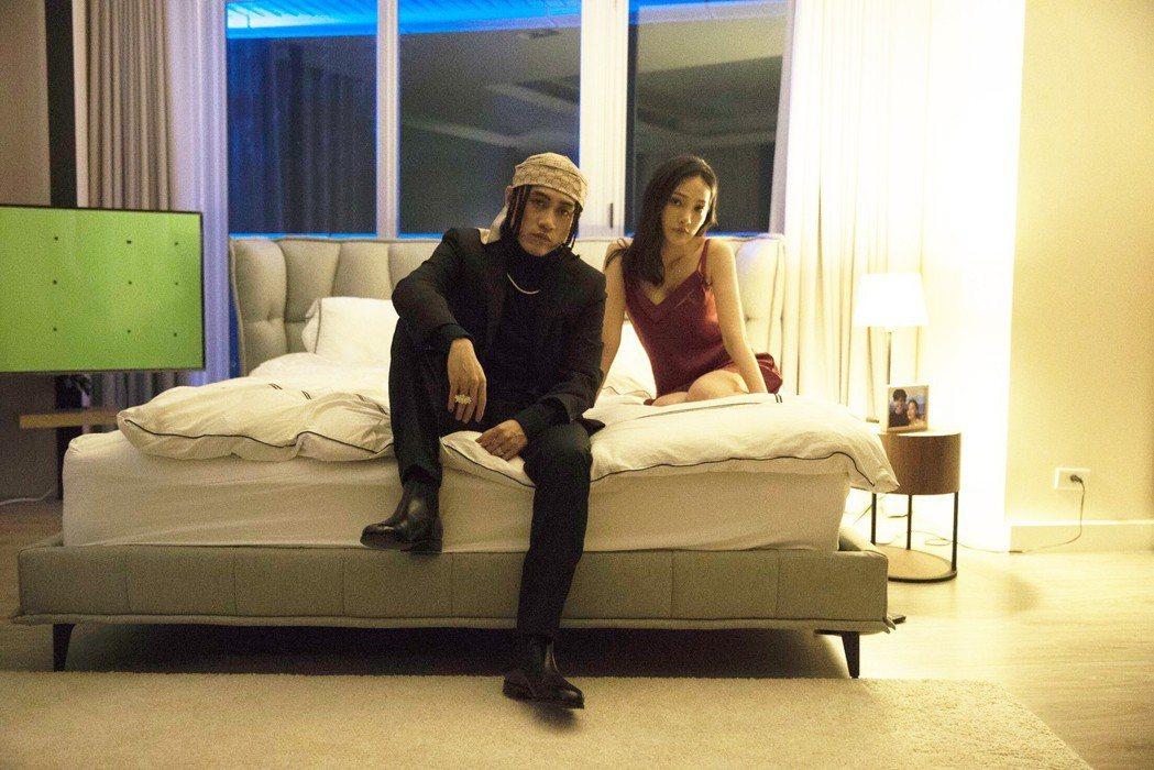 BCW在MV中與女主角有親密互動。圖/混血兒娛樂提供
