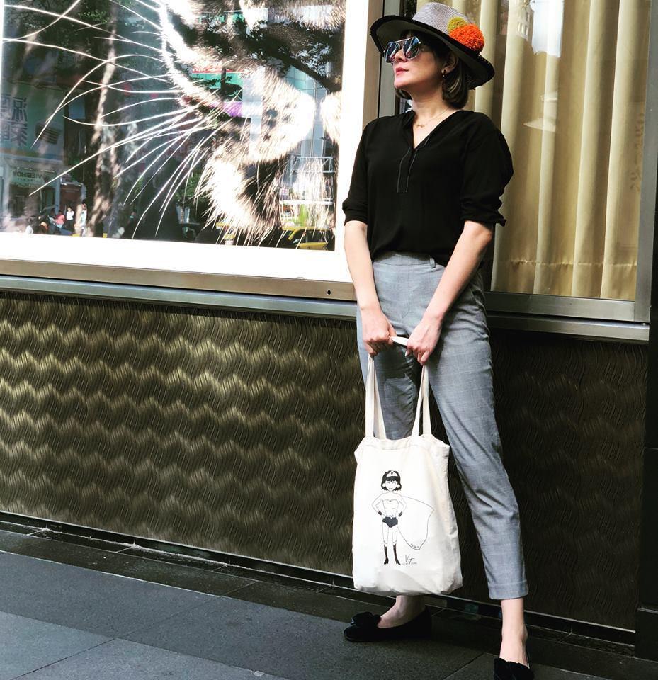 Vicky戴著自己設計的墨鏡和手袋,很有文青風格。圖/Vicky臉書