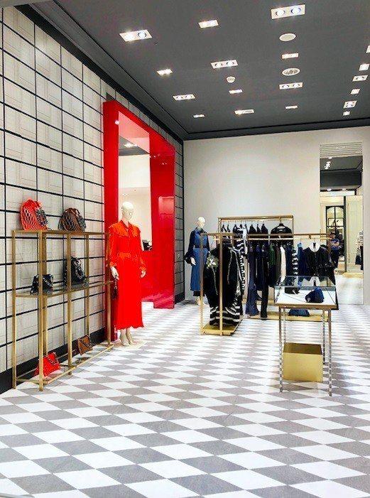 SONIA RYKIEL運用鮮明的紅色與菱格紋地毯展現品牌的個性。圖/SONIA...