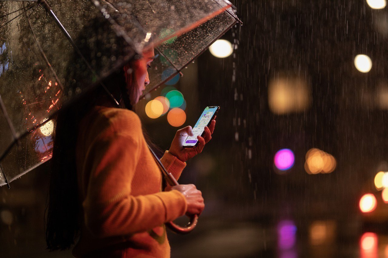 螢幕沾水也不怕,下雨天、泳池邊隨時都能順暢滑手機。圖/蘋果提供