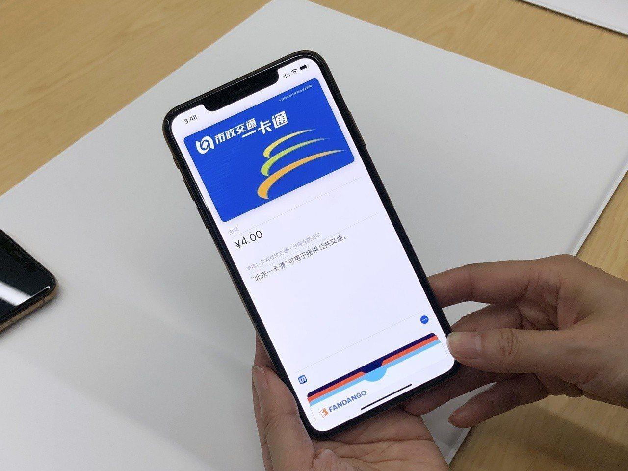 3款新iPhone內存有備用電量,即使用到沒電被自動關機,還可刷交通卡。記者黃筱...