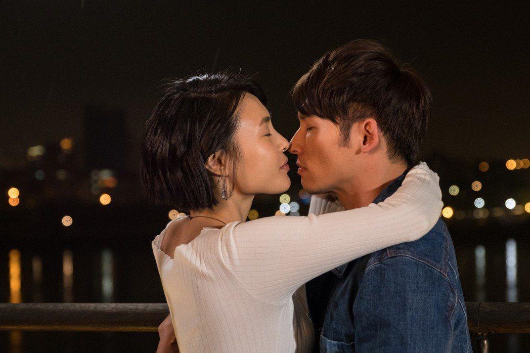 溫昇豪、曾珮瑜浪漫熱吻。圖/青睞影視提供