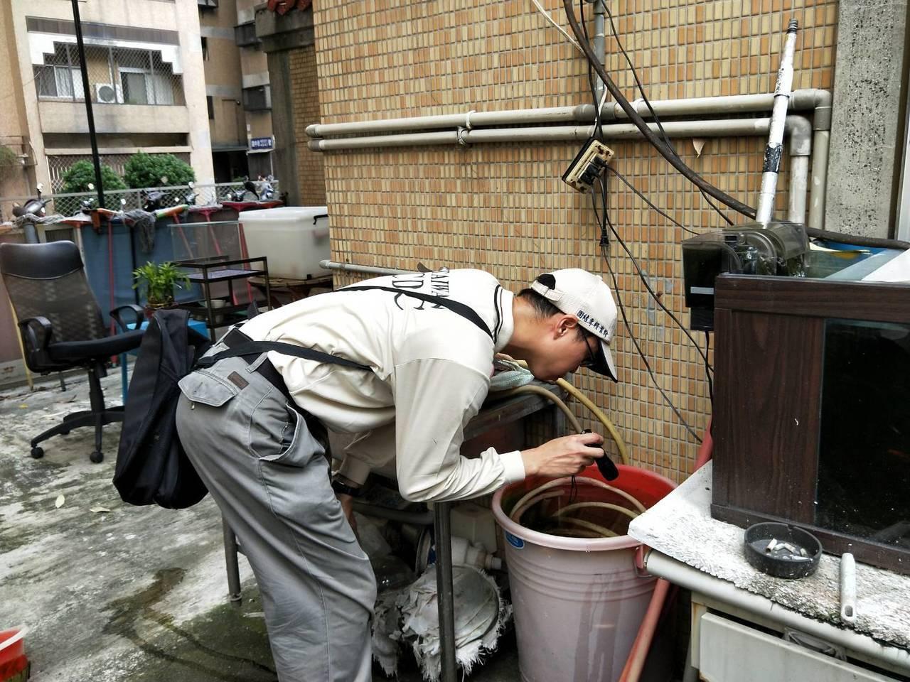 防疫人員於台中市個案活動地執行孳生源查核。圖/疾管署提供