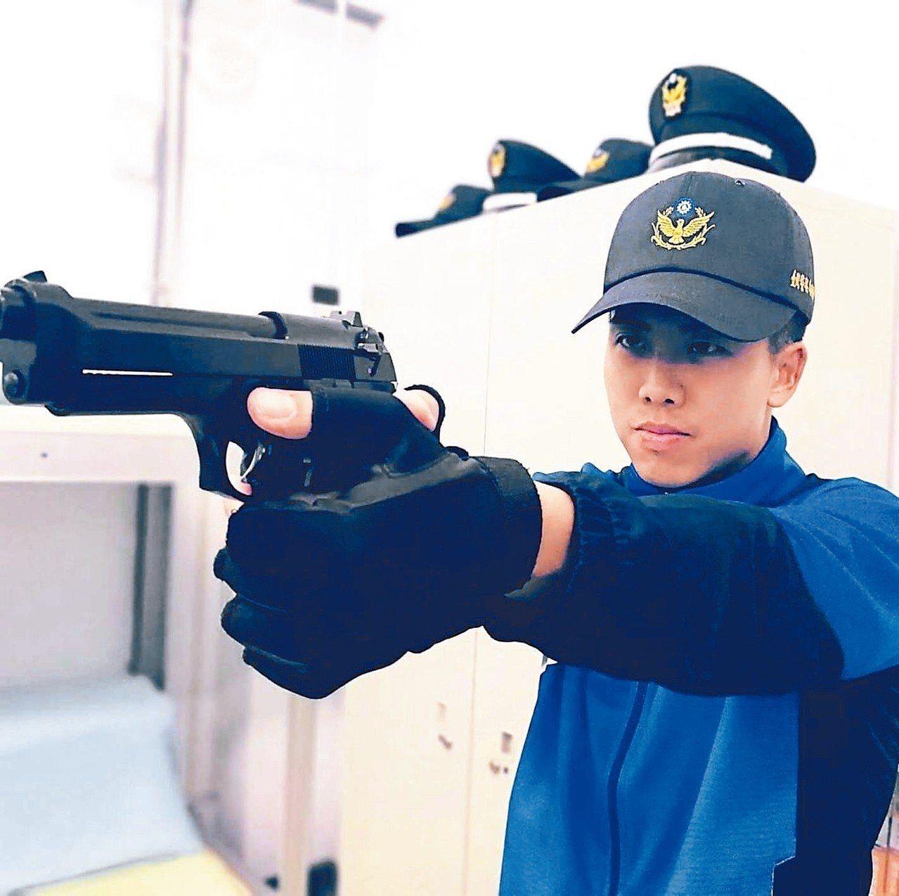 28歲戴志捷原是職業軍人、也曾在夜市擺攤,去年他考取一般警察特考。 圖/戴志捷提...