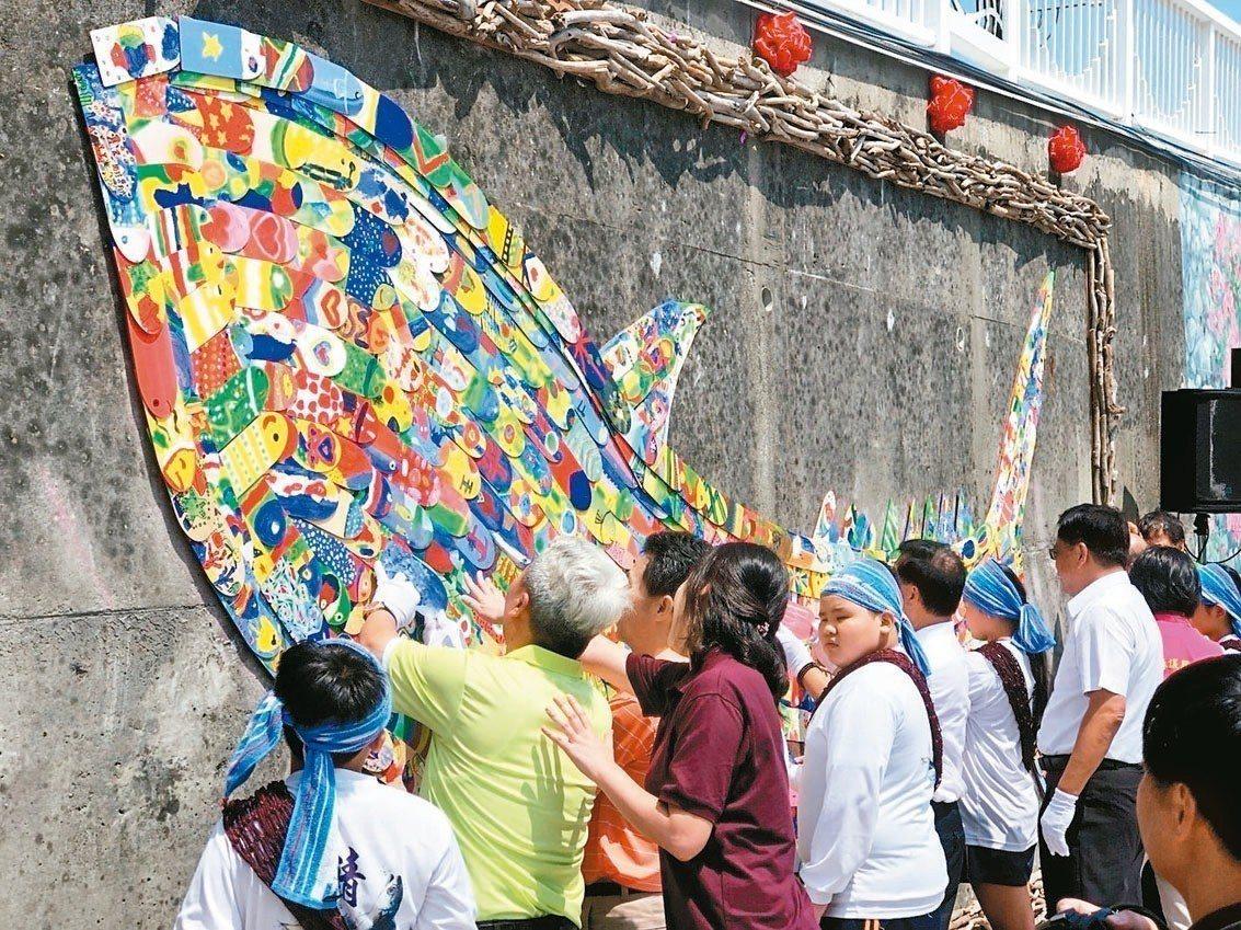 南方澳鯖魚節系列活動「鯖.彩繪」,以800片木片彩繪拼貼,加上漂流木點綴,昨天打...