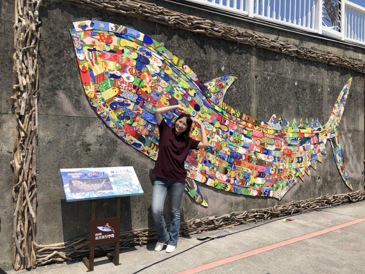 2018南方澳鯖魚節系列活動「鯖.彩繪」,以800片木片彩繪拼貼,加上漂流木的點...
