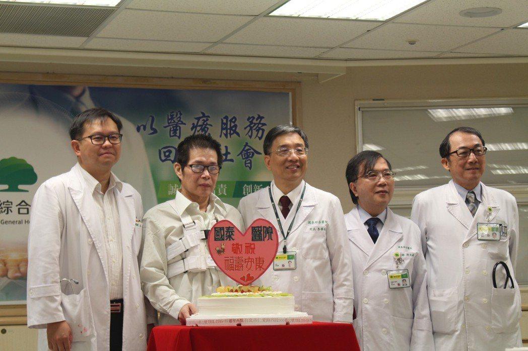 48歲的莊先生(左二)3條冠狀動脈全阻塞,醫療團將他從鬼門關救回。圖/聯合報系資...