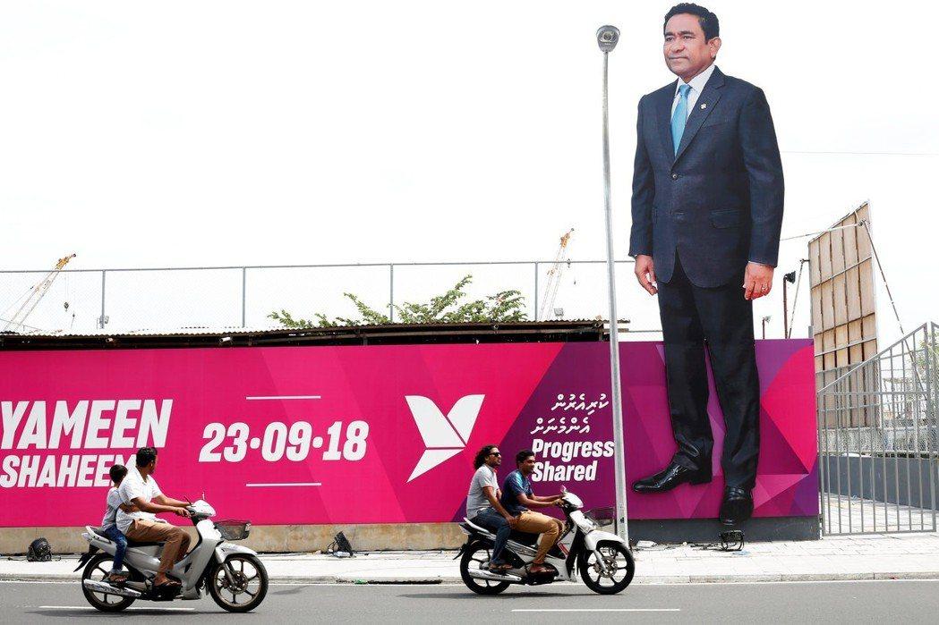 馬爾地夫總統雅門積極尋求連任,圖為他在首都馬列街頭貼出的巨大競選海報。 (路透)