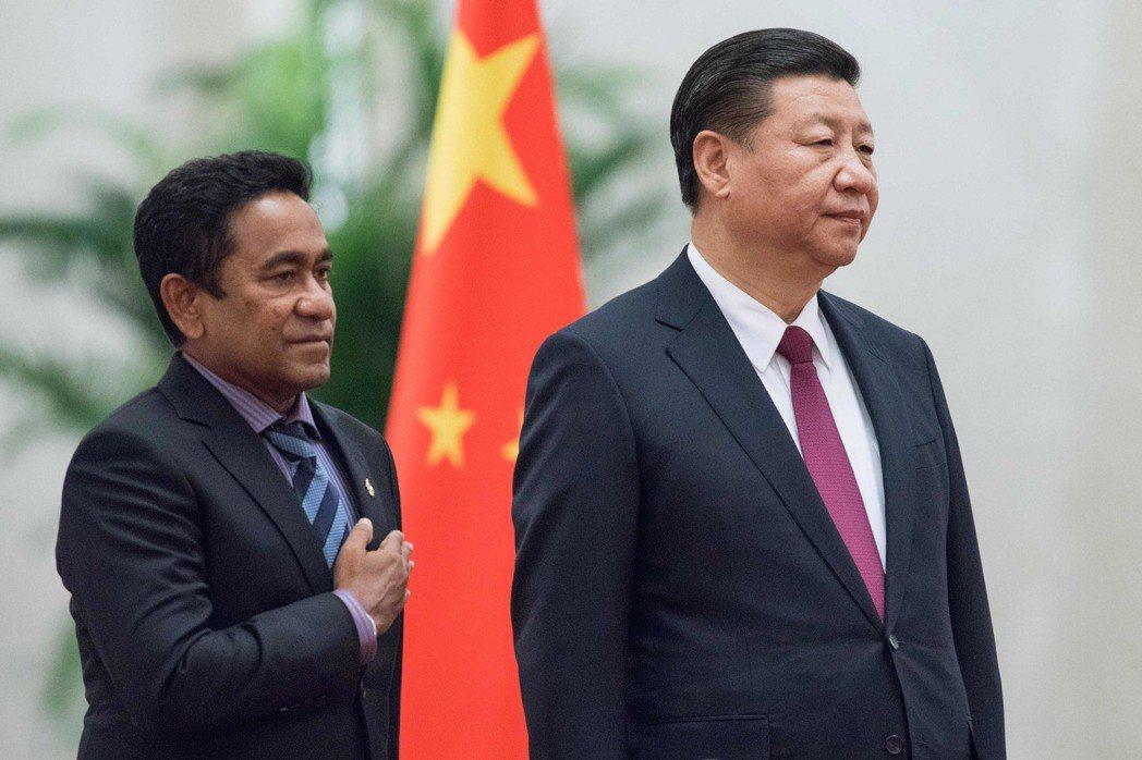 馬爾地夫總統雅門(左)2017年12月7日造訪北京與中國大陸國家主席習近平合影。...