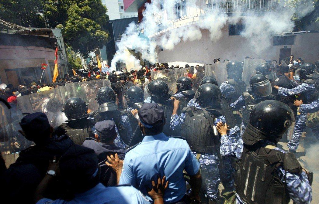 2012年馬爾地夫首都街頭,鎮暴警察與前總統納希德支持者對峙。 (美聯社)