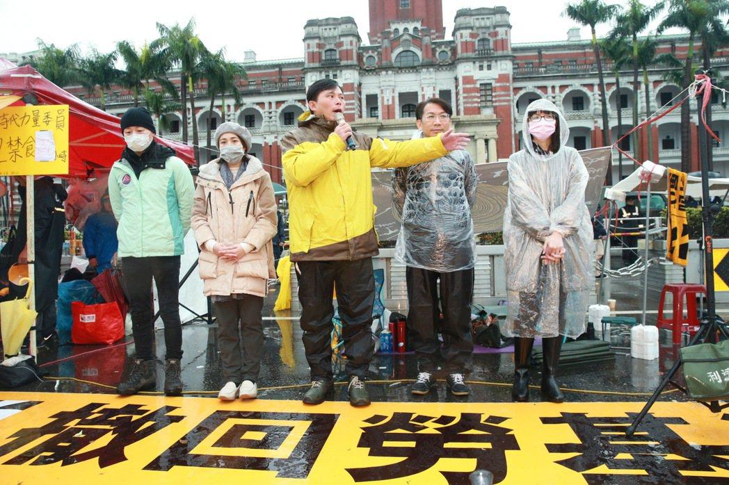 時代力量抗議勞基法修法案,時力五位立委黃國昌(中)、徐永明(右二)、林昶佐(左一...