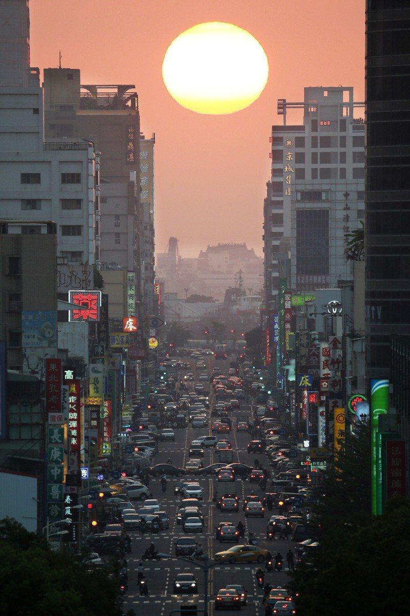 高雄青年路每年都會出現兩次懸日現象,如果天氣好,夕陽就映照出金黃陽光,景色迷人。  圖/聯合報系資料照片