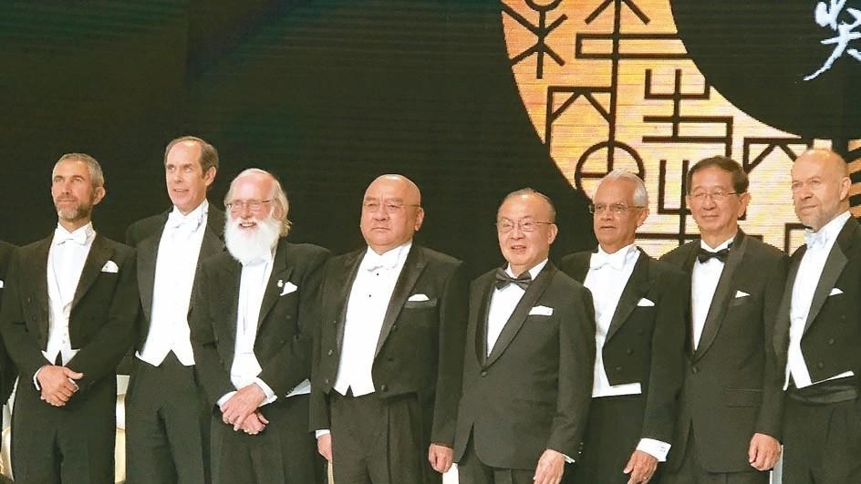 第三屆唐獎昨日舉行頒獎典禮,唐獎基金會創辦人尹衍樑(左四)以主人的身分出席,會後...
