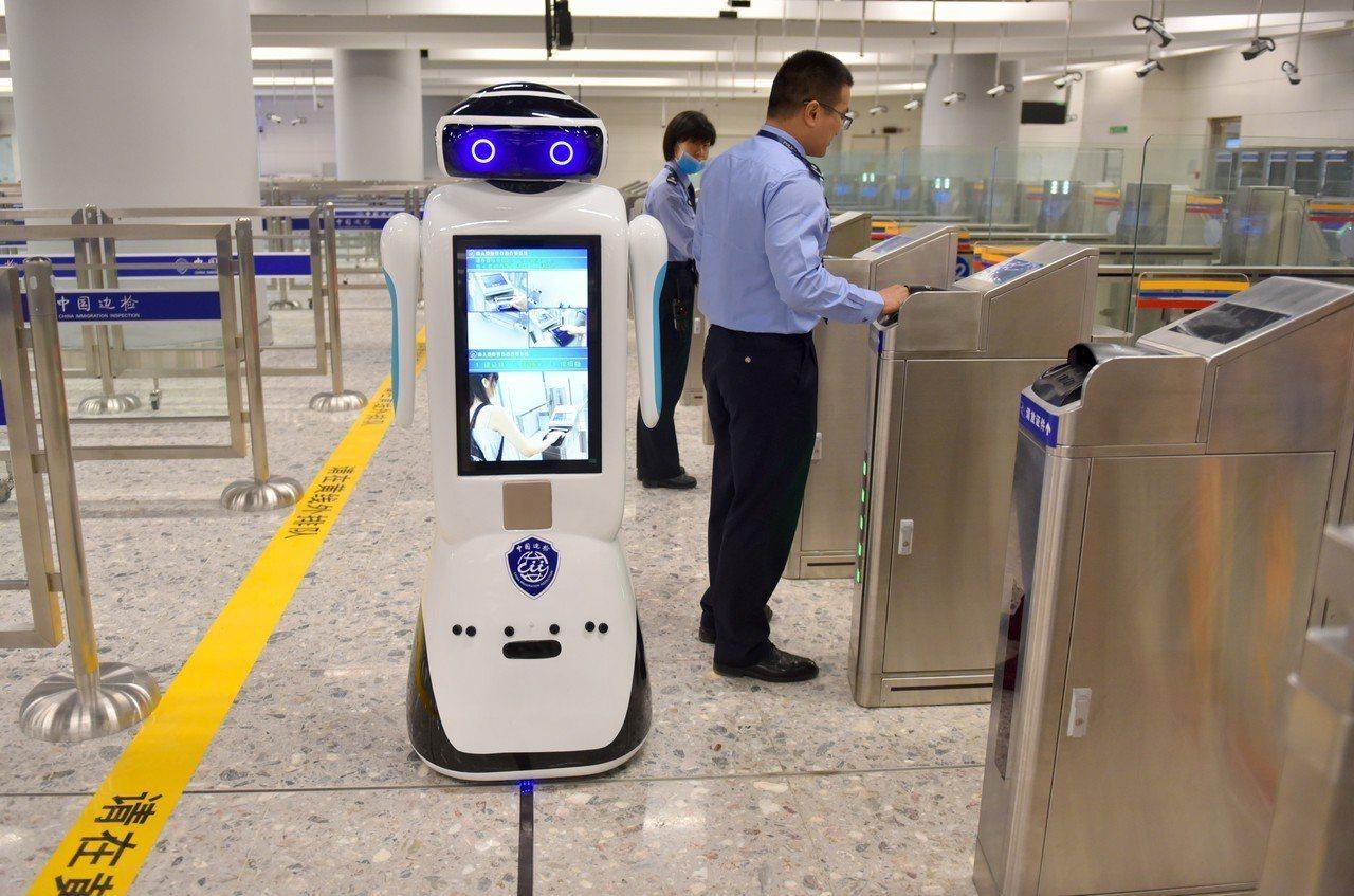 根據「一地兩檢」通關程序,離港乘客坐上列車,就能到達大陸高鐵網絡所有城市,不需要...