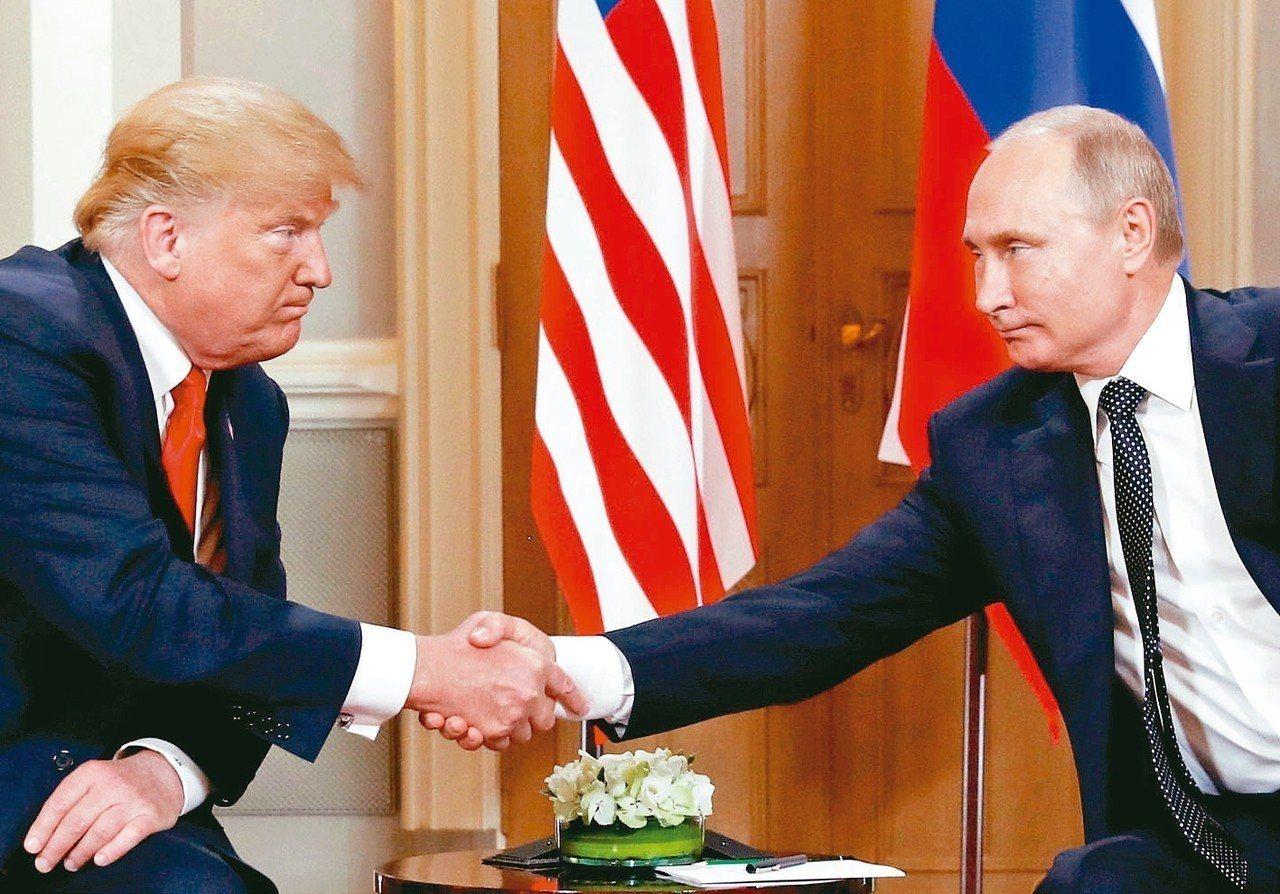 美國總統川普(左)延後通俄門調查資料解密。圖為川普今年7月16日會晤俄國總統普亭...