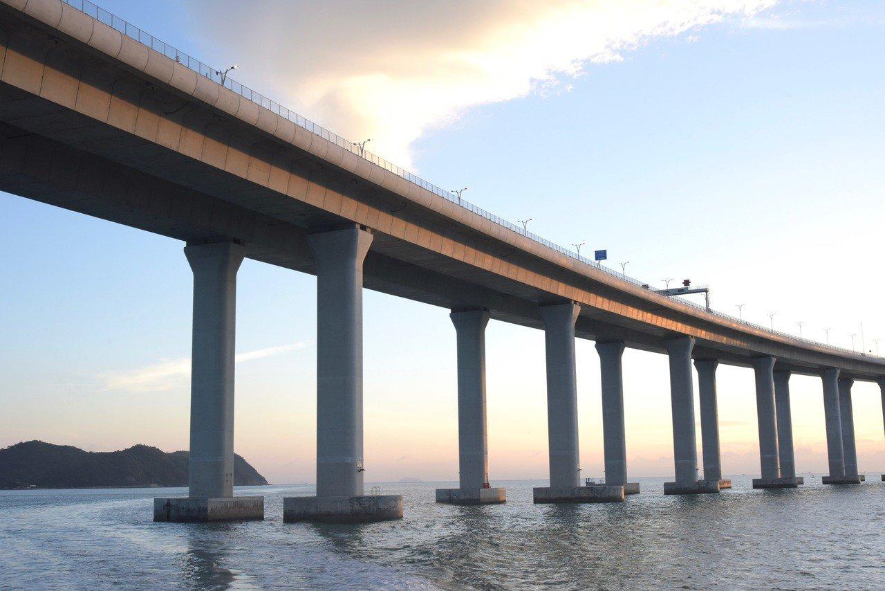 圖為港珠澳大橋黃昏時分風美景。 香港中通社