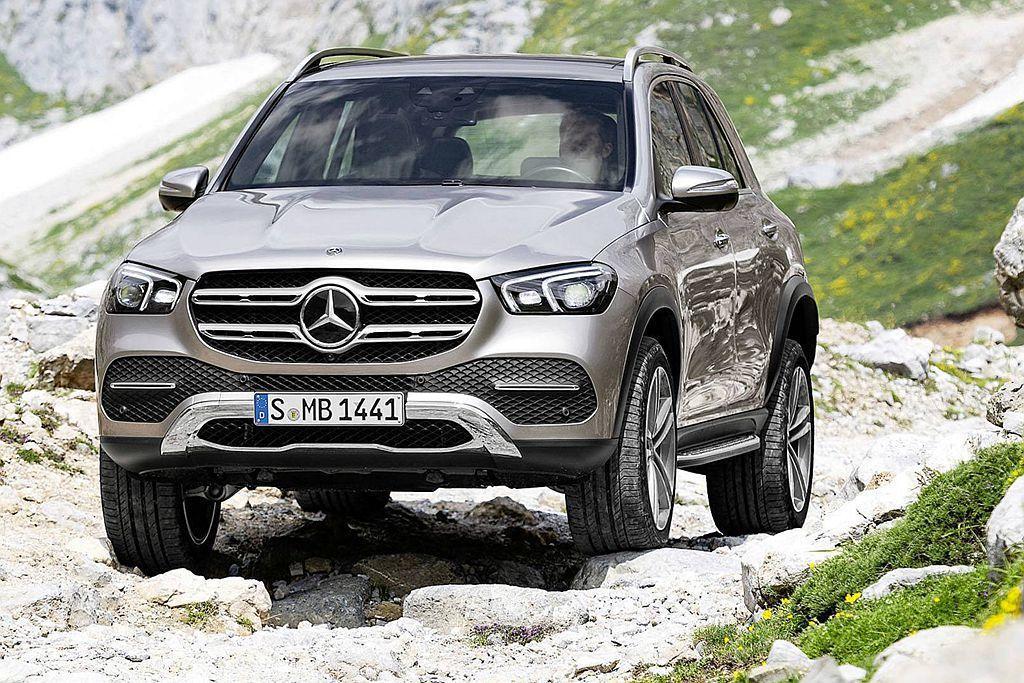 全新賓士GLE獨特的E-Active Body Control主動式氣壓懸吊系統,不僅能大幅消弭過彎側傾、起步抬頭、剎車點頭等現象,且還能適應各種路況與越野行駛需求。 圖/Mercedes-Benz提供