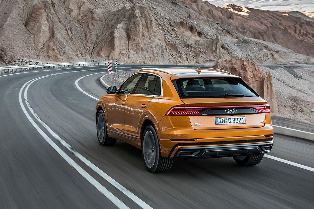 為滿足運動與舒適的行路需求,Audi Q8配上先進的主動式氣壓懸吊系統以及後輪轉...