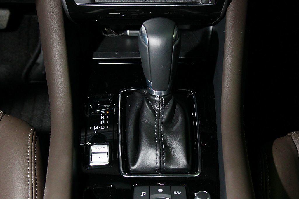 變速系統依舊配置SkyActiv-Drive六速手自排。 記者張振群/攝影