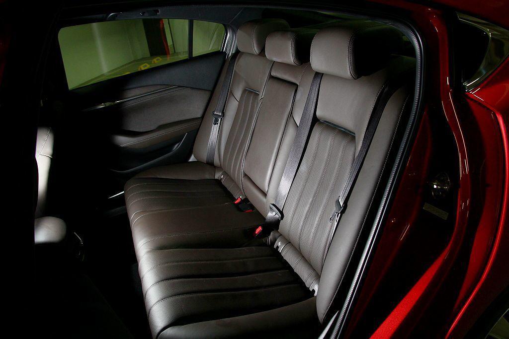 在2,830mm的軸距設定下,Mazda6房車後座膝部空間表現相當出色,且足夠的...