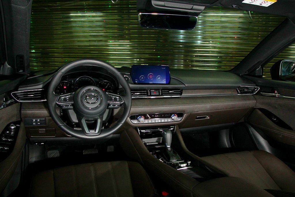 試駕車型Mazda6 Sky-G進化旗艦型專屬的御藏棕內裝,無論視覺還是觸覺上質...