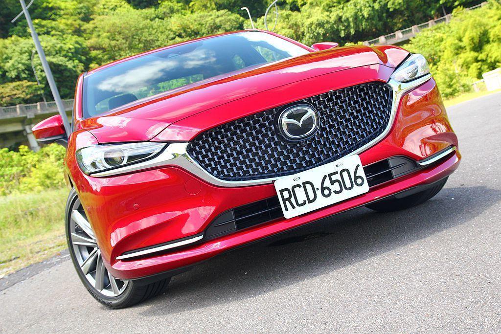 小改款Mazda6延續「KODO 魂動」設計主軸,車頭針對頭燈、水箱護罩等處進行...