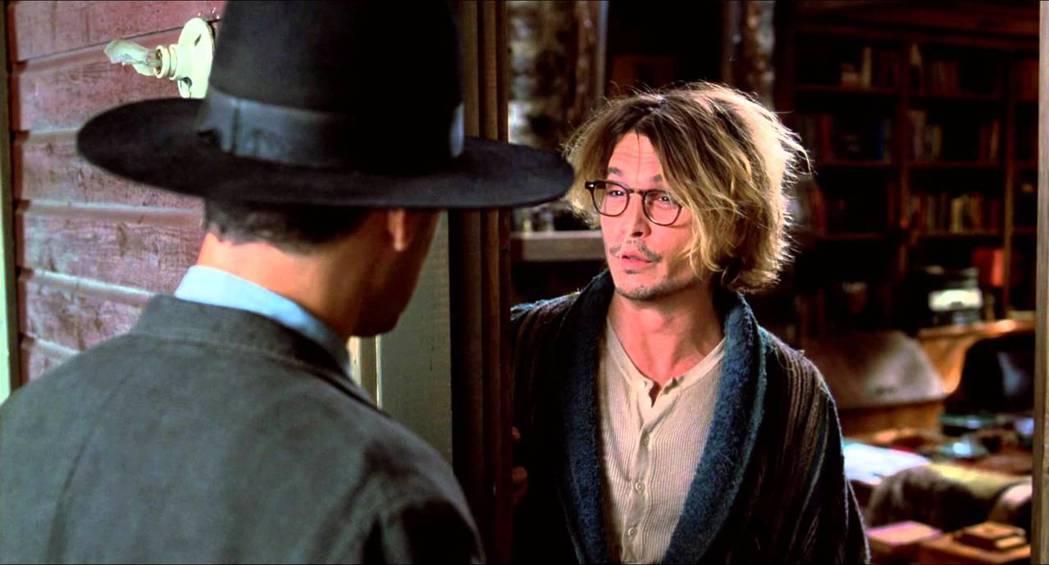強尼戴普曾在「秘窗」中飾演被瘋狂跟蹤客騷擾的作家。圖/摘自推特
