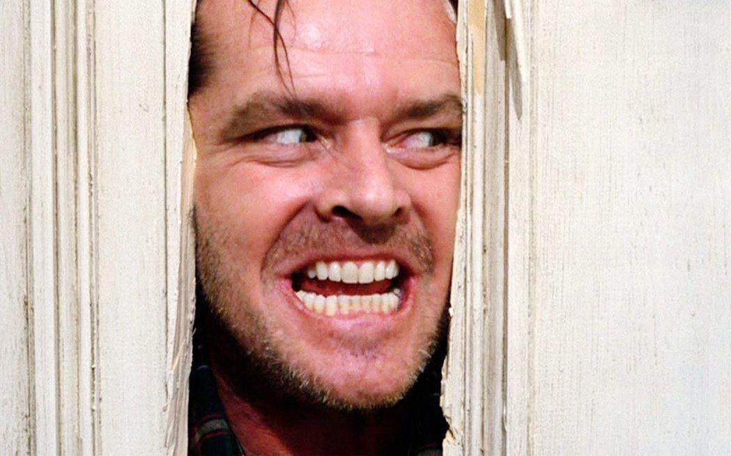 傑克尼柯遜在「鬼店」破斧而入的經典場面相當駭人。圖/摘自推特