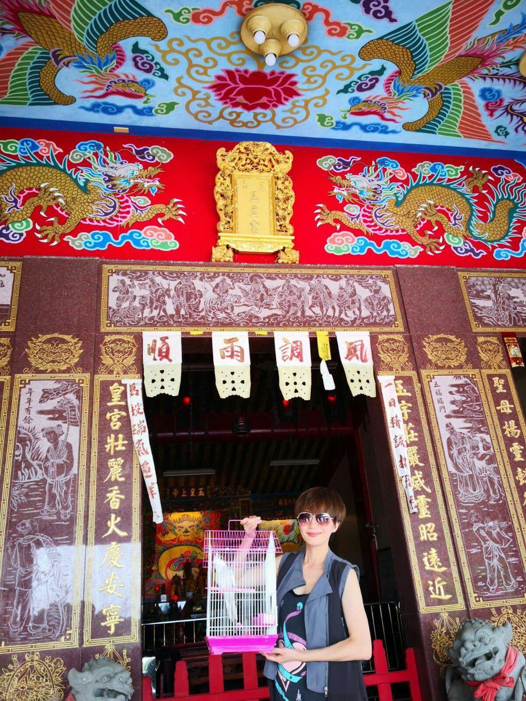 潘奕如日前帶著愛鳥到宮廟。圖/畢獅國際娛樂提供
