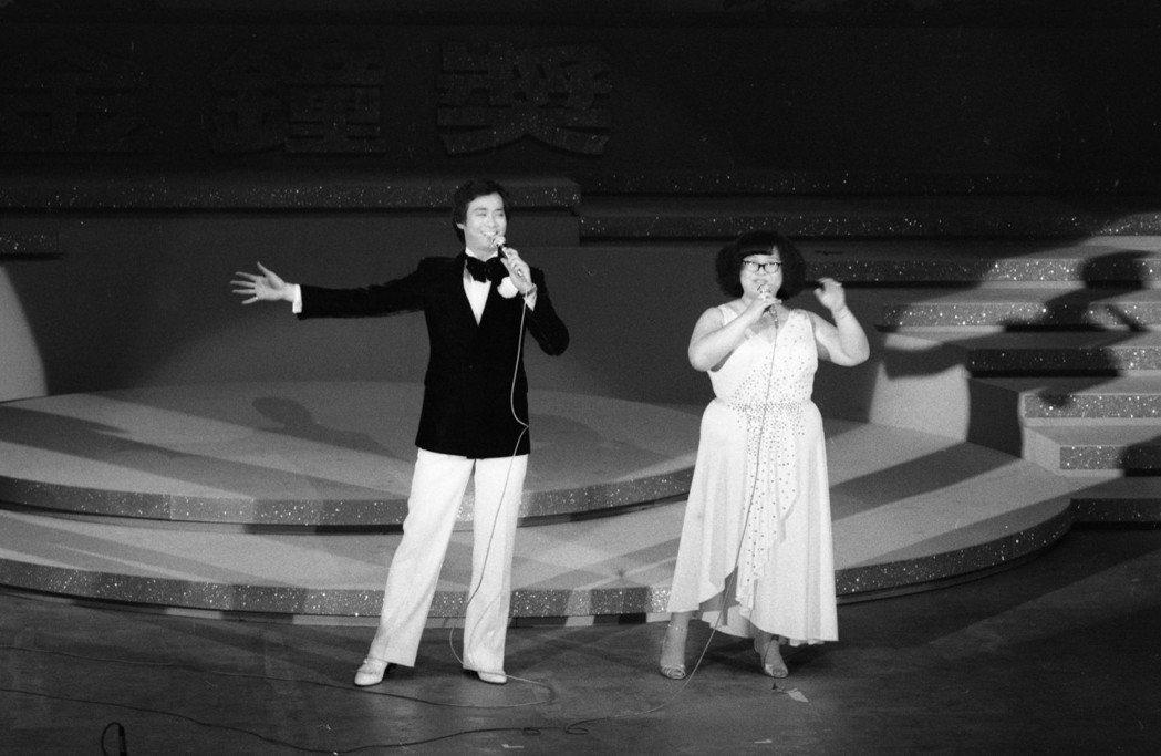 鄭少秋與沈殿霞在民國69年金鐘獎頒獎典禮上表演。圖/報系資料照片