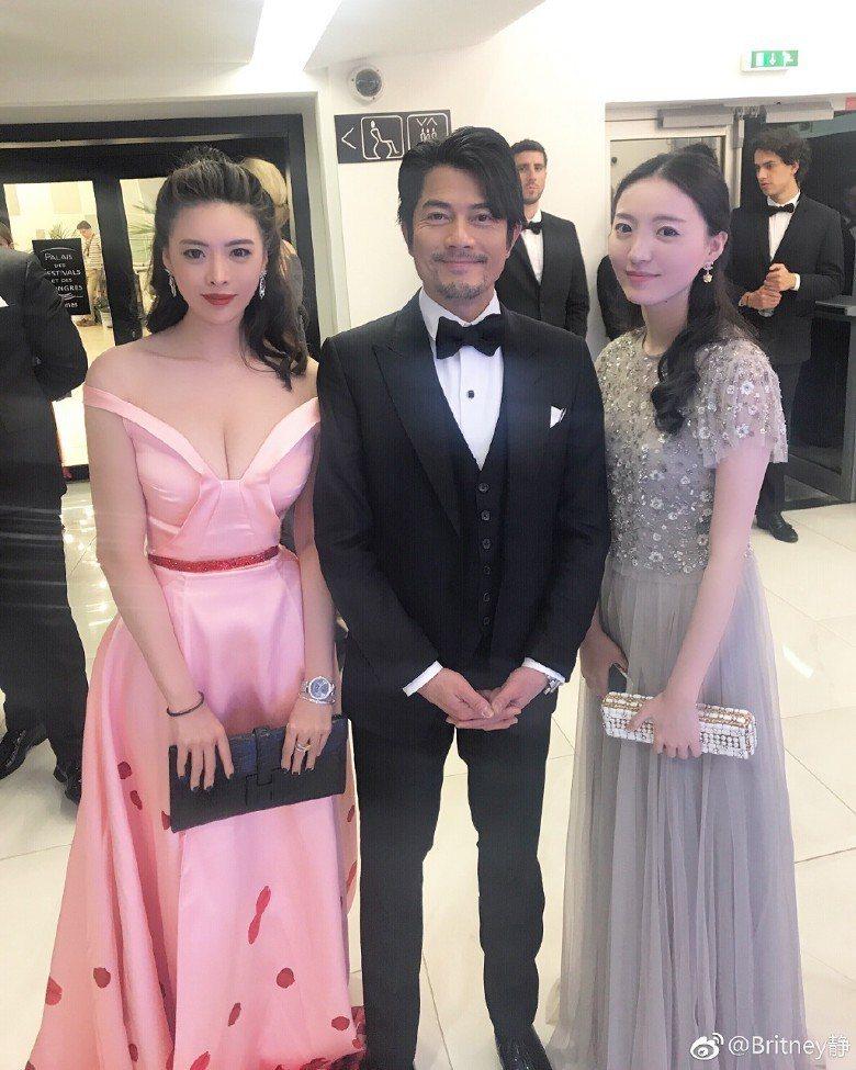 炫富爆料女子(左)也曾和郭富城合照。圖/摘自微博