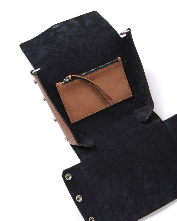 焦糖色牛皮Atlas編織提帶磁釦肩背包攤開後的內側。圖/rag & bone提供