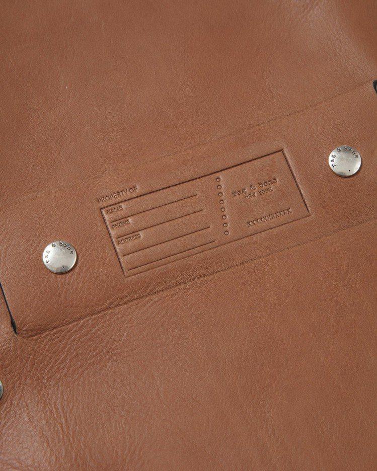 焦糖色牛皮Atlas編織提帶磁釦肩背包的底部外側可打印個人資料。圖/rag & ...