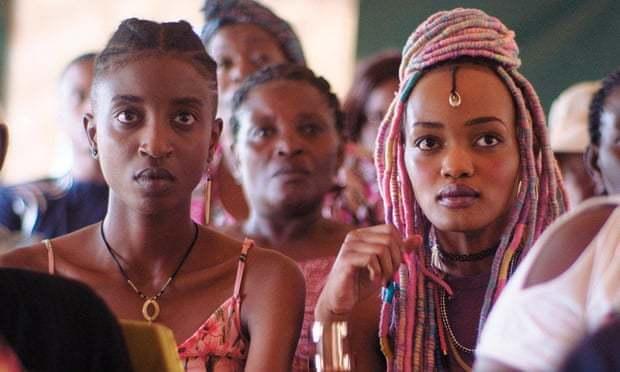 肯亞電影《朋友》(RAFIKI)先前因觸及女同性戀議題被當局禁播。圖截自YouT...