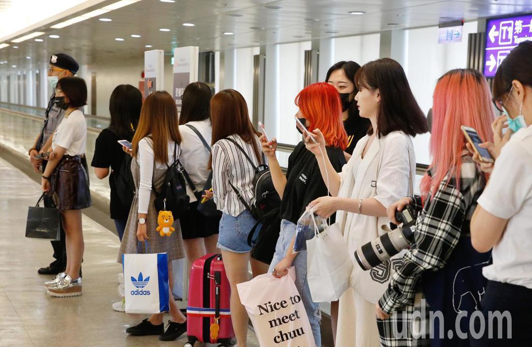 韓團WINNER下午抵台,粉絲們在機口等候。記者鄭超文/攝影