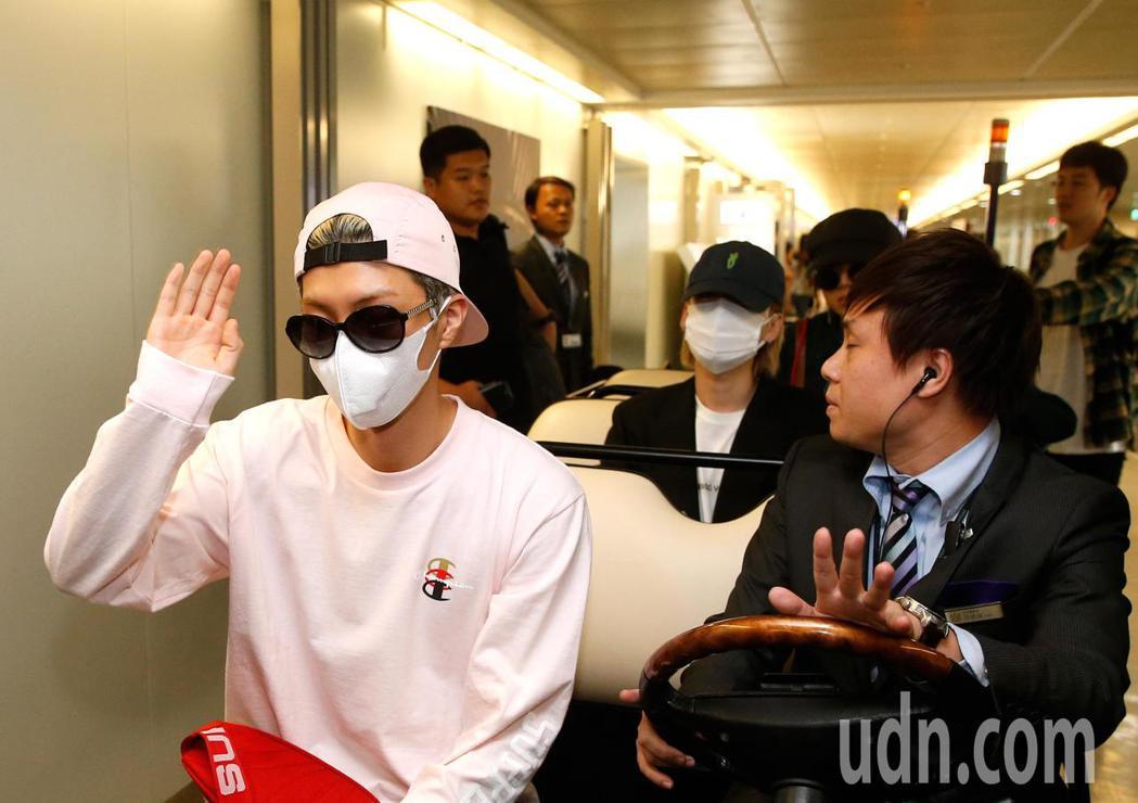 韓團WINNER下午抵台,搭上車後還跟粉絲們揮揮手。記者鄭超文/攝影