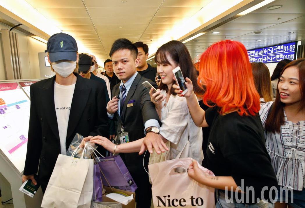 韓團WINNER下午抵台,手上拿滿粉絲贈送的禮物。記者鄭超文/攝影