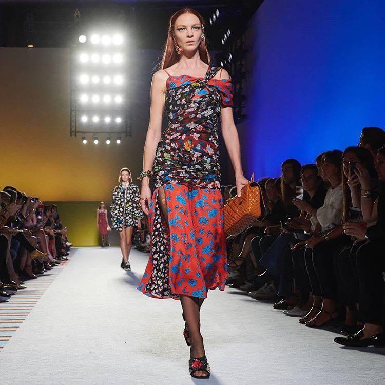 Versace本季穿著強調合身剪裁與緊身設計,透明印花薄紗洋裝卻又層層堆疊出保守...