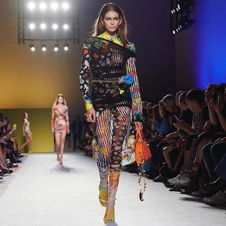 Versace繽紛色彩、花卉圖騰和面料紋理,讓垂墜薄紗洋裝在流動的面料下露出女性...
