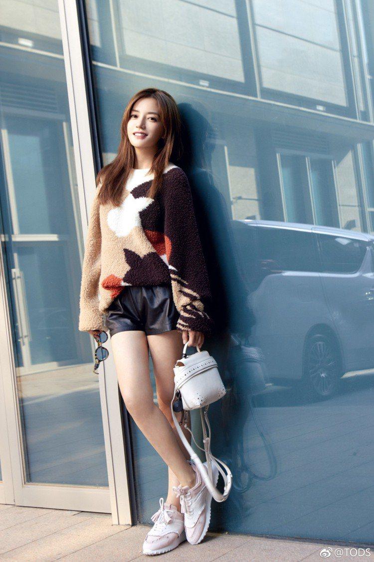 趙薇赴米蘭看Tods首場男女裝混合秀,打扮如少女,美腿令人驚艷。圖/取自微博@T...