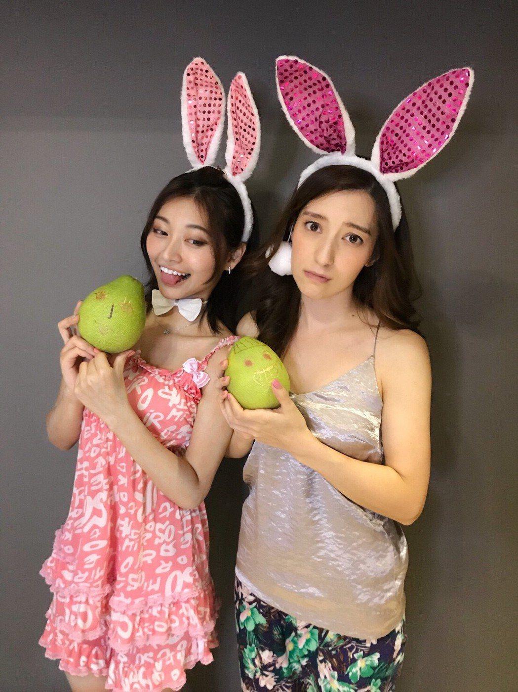 梁心頤(右)和祈錦鈅扮性感玉兔。圖/妹妹娃娃提供