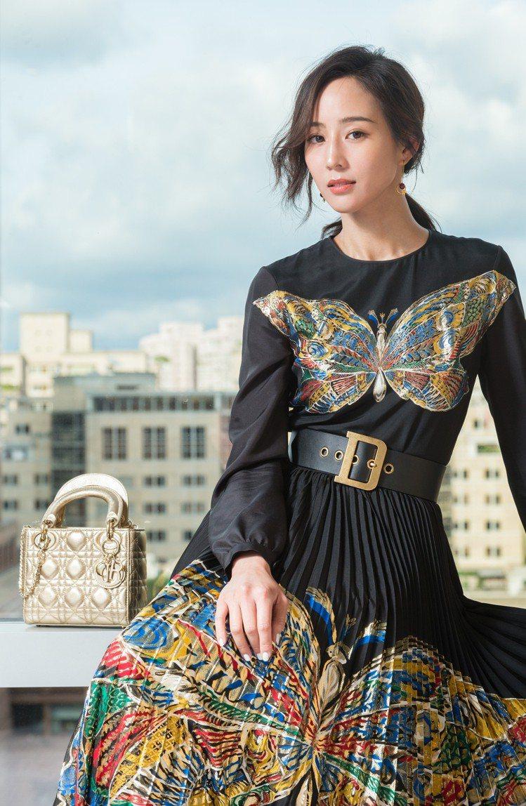 Lady Dior mini金色籐格紋包款靈感來自Dior先生熱愛的18世紀華麗...