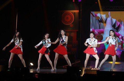 南韓少女時代師妹團「Red Velvet」22日起一連兩天在台大體育館開唱,這是她們5度來台,也是今年第3次訪台,2場共吸引4800名粉絲,票房進帳2160萬元;5名成員在台上又唱又跳,成員Yeri...
