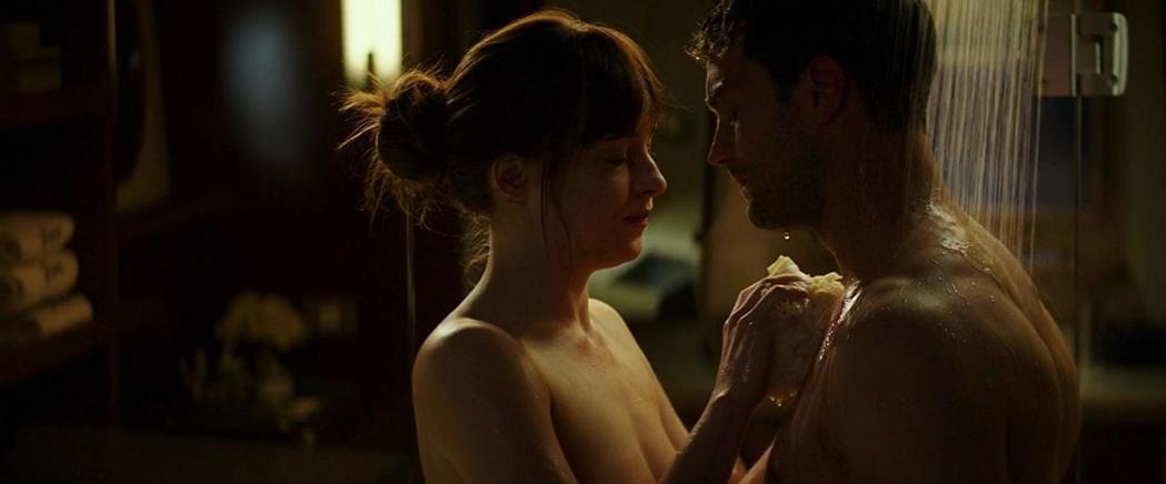 「格雷的五十道陰影」鏡頭仍然主要關注女主角在激情纏綿時的表情。圖/摘自imdb
